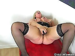 British milf Shooting Star fucks her willing cunny with a dildo