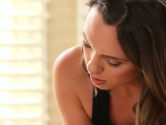 Gracie Glam massages Jade Niles both holes at once