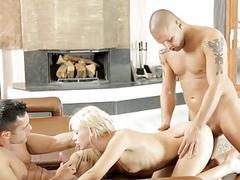 Dude is having fun drilling hotties vagina