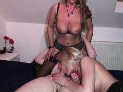 Mutter und Tante zeigen dem Stief-Sohn wie gefickt wird