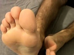 Horny hunk showing off his feet and jerking off