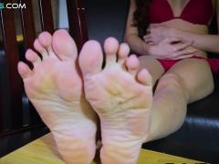 Oriental tranny twirls her toes in bikini